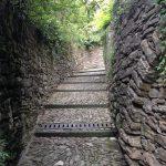 Uno dei corridoi storici che conducono a piedi in città Alta