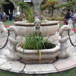 La fontana, simbolo di Città Alta, che sorge al centro della Piazza Vecchia di Bergamo, fu donata nel 1780 dal Podestà veneto Alvise Contarini.