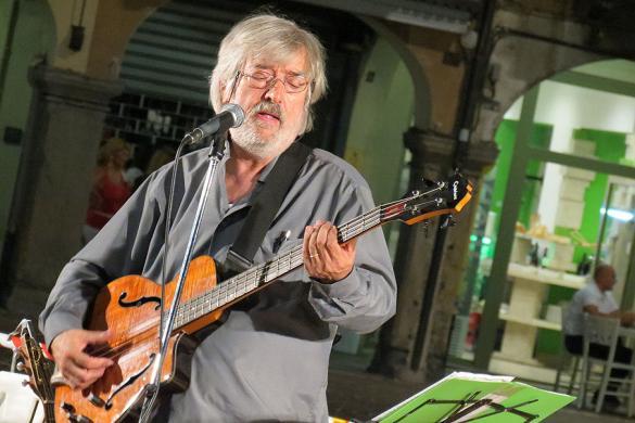 Dialetto bergamasco - Luciano Ravasio in Piazza Pontida a Bergamo - il cantautore si occupa di poesia dialettale bergamasca e tradizioni popolari